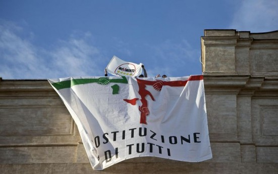 movimento 5 stelle sul tetto di monetcitorio