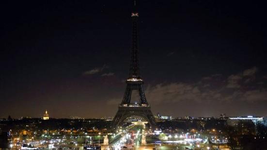 La-torre-Eiffel-spenta-in-segno-di-cordoglio
